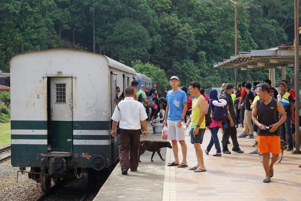 People going down the train between Beaufort and Tenom